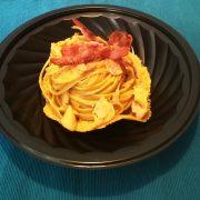 Piatto nero 22x22x43 lavastoviglie con linguine alla carbonara in cialda di parmigiano