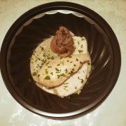 Piatto per carne mista su crema al latte e cipolle rosse carmellate