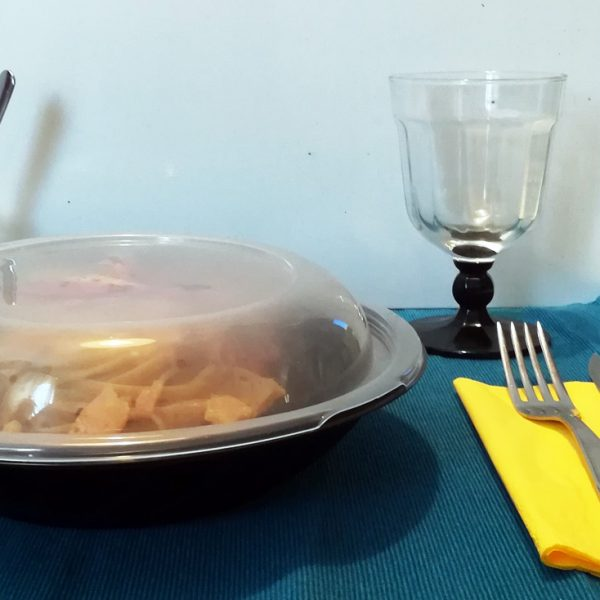 Piatto con coperchio con linguine alla carbonara in cialda di parmigiano
