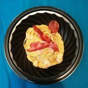Piatto tondo ner 22x22x43 con linguine alla carbonara in cialda di parmigiano