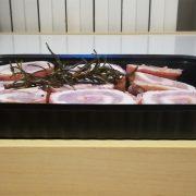 Vaschetta per delivery rettangolare nera 1L 22,7×17,7×3,3 cm per rollé di tacchino con salsiccia e pancetta GMA